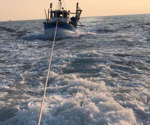 Remorquage d'un bateau depêche